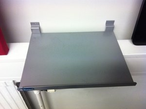 Bordsskärm Svart perforerad 1200x680 mm inkl hyllor