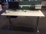 Skrivbord 259 1800X800 mm vit högtryckslaminat, kromat elstativ 2-pelare