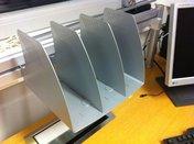 Postfack/bokstöd i metall silver för skena